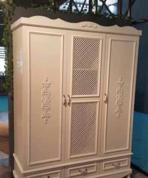Распашные двери с декоративными накладками Чита